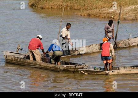 Flussarbeiter bei Antananarivo, Madagaskar, Afrika, river, worker, river workers, Madagascar, Africa - Stock Photo