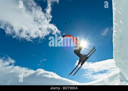 skifahrer auf schneepiste, storulvan, jaemtlands fjaell, jaemtland, schweden, skiier on ski slope, sweden - Stock Photo