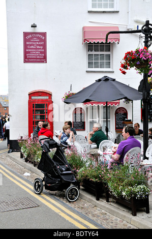 Diners outside the Clipper Coffee shop, Padstow, Cornwall, England. - Stock Photo