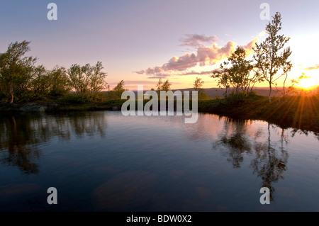 bergsee in der mitternachtssonne bei gaellivare, lappland, schweden, mountain lake in lapland at midnight sun, sweden - Stock Photo