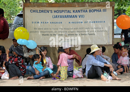 Mothers and children in front of the Jayavarman VII hospital of the Swiss physician Dr. Beat Richner, a large prevention - Stock Photo