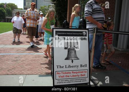 Tourists wait in line to visit the Liberty Bell in Philadelphia, Pennsylvania.  Katharine Andriotis - Stock Photo