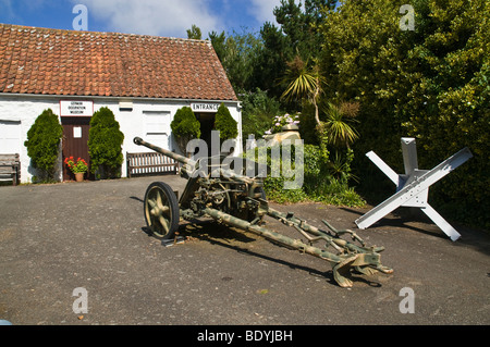 dh German Occupation Museum FOREST GUERNSEY German field gun outside entrance to museum wartime exhibit war islands - Stock Photo