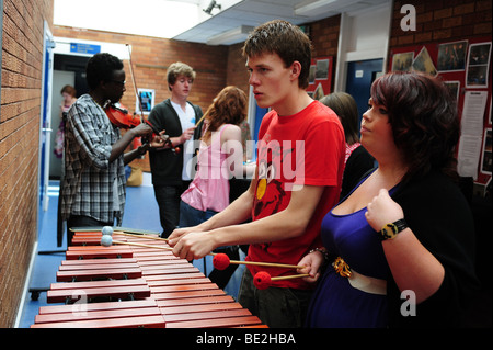 Students practice music at sixth form further education college - Stock Photo