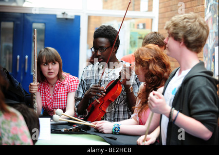 Students rehearse for music class at sixth form further education college - Stock Photo