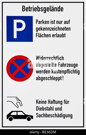 Sign, parking is only allowed in the marked places, illegally parked vehicles will be towed away with a fee, no - Stock Photo