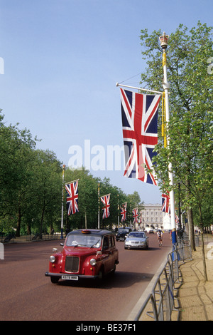 Taxi on the main road from Buckingham Palace, The Mall, British national flags, London, England, UK, Europe - Stock Photo