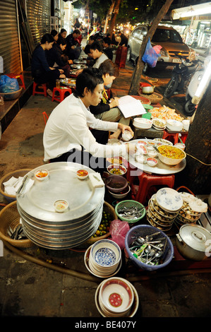 Mobile Seafood restaurant on the footpath at night time in old quarter, Hanoi, vietnam. - Stock Photo