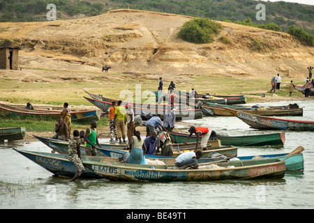 Ugandan villagers along the bank of the Kazinga channel in Uganda. - Stock Photo