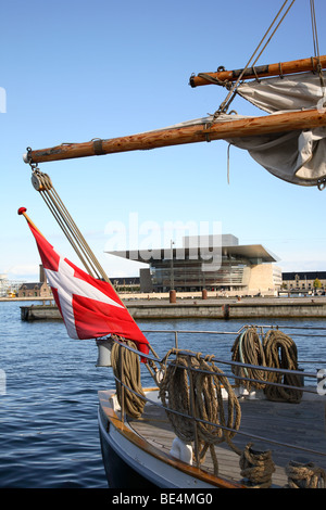 The new Opera House at the waterfront on Holmen seen through the rig of an old sailing ship in the port of Copenhagen, - Stock Photo