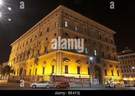 Rome, Italy. Palazzo dell'ex collegio Massimiliano Massimo, in piazza dei Cinquecento. - Stock Photo