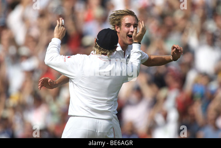 STUART BROAD & IAN BELL CELEBR 5TH ASHES TEST MATCH THE BRIT OVAL LONDON ENGLAND 21 August 2009 - Stock Photo