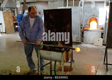 Gaffer, glasblower, glasblowing industry, artcraft, Gaffer, furnace, island isola Murano, near Venice, Venezia, - Stock Photo
