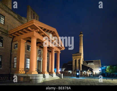 Albert Dock area at night with the Pumphouse bar in the background, Liverpool, Merseyside, England - Stock Photo