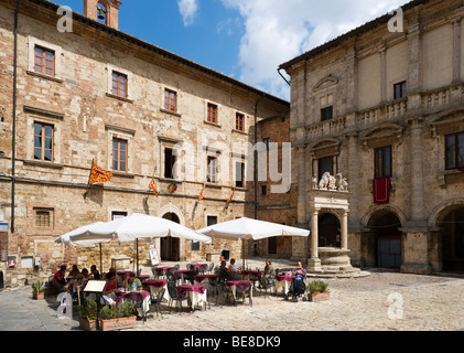 Street cafe in front of the Palazzo Tarugi in the Piazza Grande, Montepulciano, Tuscany, Italy - Stock Photo