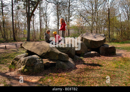 Spelende kinderen op hunebedden in Borger; Playing kids on Meatlithic thombs in Borger - Stock Photo