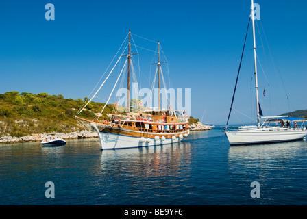 Croatia; Hrvartska; Kroatien, Vis, Croatian Gulet and sail charter boat anchored for lunch in beautiful Croatian - Stock Photo