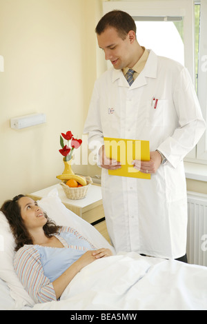 Doctor talking to patient in the patient´s room. - Stock Photo