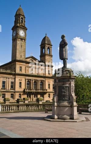 dh Paisley Town Hall PAISLEY RENFREWSHIRE Thomas Coats statue centre monument feature