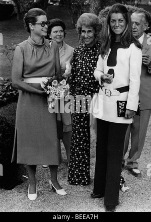 Grace Kelly, left, Princess of Monaco, with French singer SHEILA - Stock Photo