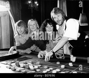 ABBA play roulette in the late-1970's (L-R) Björn Ulvaeus, Agnetha Fältskog, Anni-Frid Lyngstad (Frida), and Benny - Stock Photo