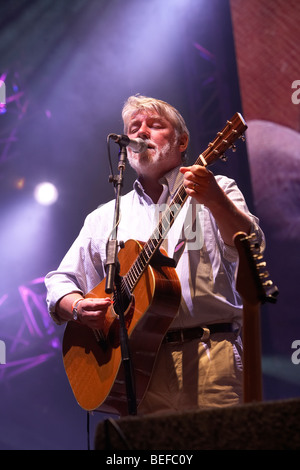 Simon Nicol at the 2009 Fairport Convention Cropredy Festival - Stock Photo