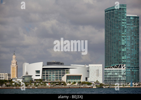 Beach and nearby high-rise condominium towers at Guaruja ...