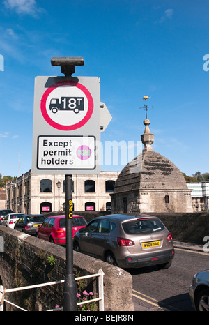 Sign indicating vehicle weight restriction across bridge and through town in Bradford on Avon Wiltshire UK - Stock Photo