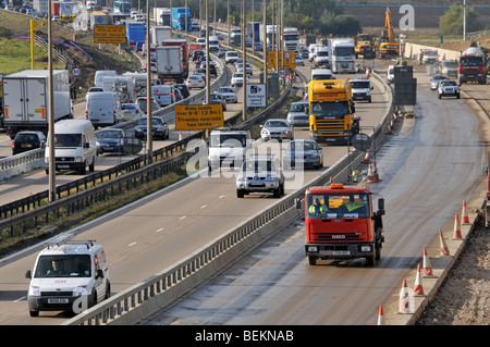 M25 motorway contra flow working includes using hard shoulder with temporary crash barriers replacing cones during - Stock Photo