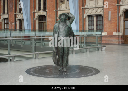Statue of the late Sir john Betjeman at St Pancras Station. - Stock Photo