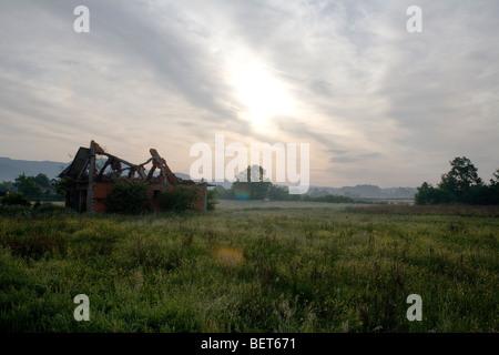 A war damaged Muslim building in the village of Kevljani in the Prijedor region of Republika Srpska, northwest Bosnia. - Stock Photo