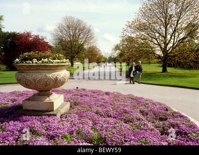 UK, England, London, Kew Gardens, main entrance visitors, walking through the park - Stock Photo