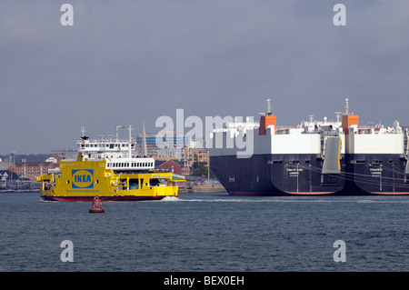 Cargo loading docks and ships in singapore harbour stock for Ikea ship to new zealand
