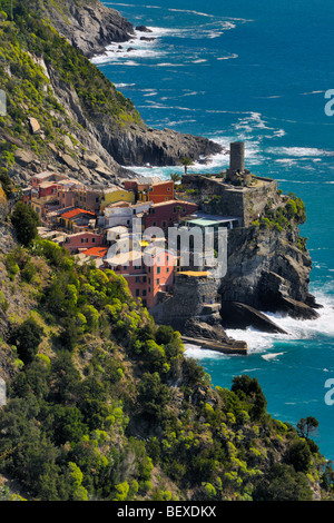 View onto the small village of Vernazza in the Cinque Terre National Park, Liguria, Italy. - Stock Photo
