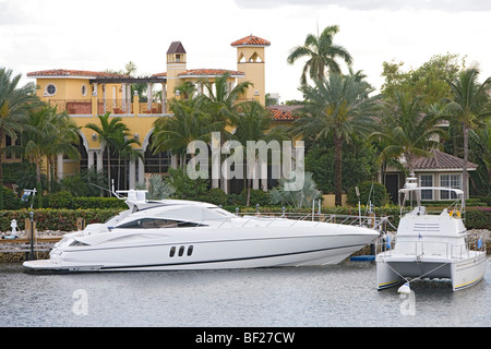 Yacht in front of villa at Sunset lake, Fort Lauderdale, Florida, USA - Stock Photo