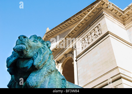 Bronze lion statue at the entrance of the Art Institute of Chicago, Chicago, Illinois, USA - Stock Photo