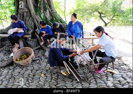 Dong women weaving, Zhaoxing Dong Village, Liping County, Guizhou Province, China - Stock Photo