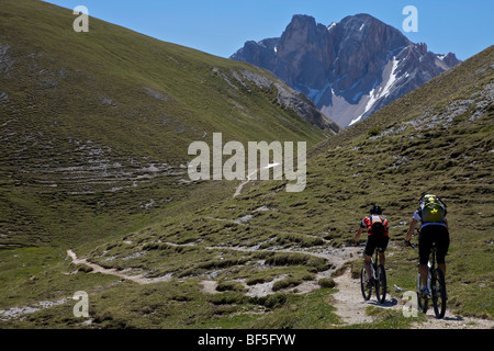 Mountain bike riders on the trail between the Kreuzjoch mountain gorge to the Ju dles Cacagnares, Parco naturale - Stock Photo