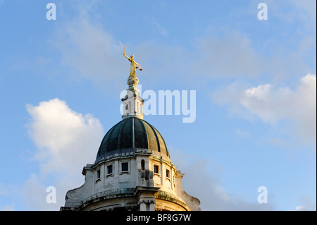 Lady Justice statue atop the Old Bailey central criminal court in the City of London. UK 2009 - Stock Photo