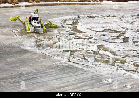 Amphibex machine breaking up ice on the Red River, during 2009 flood, near Selkirk, Manitoba, Canada.  Just north - Stock Photo