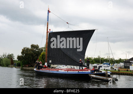 The sail being raised on the wherry 'Albion', Horning, Norfolk Broads, England, UK. - Stock Photo