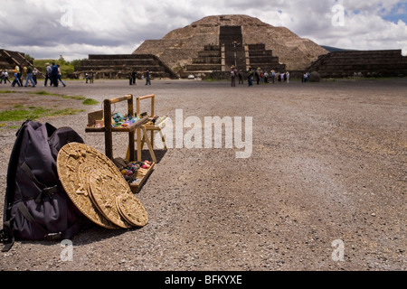 Traditional souvenirs stand at Teotihuacan archaeological site - Stock Photo