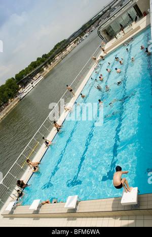 Floating pool piscine josephine baker on the left bank for Josephine baker pool paris france