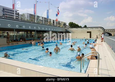 Floating pool piscine josephine baker on the left bank for Josephine baker pool paris