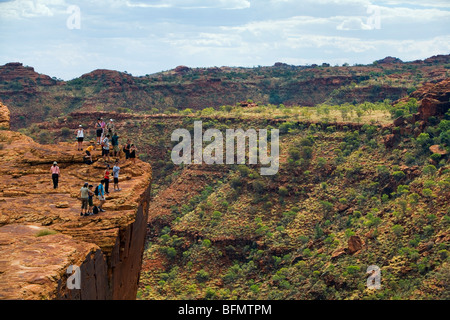 Australia, Northern Territory, Watarrka (Kings Canyon) National Park. Hikers on the canyon's edge. (PR) - Stock Photo