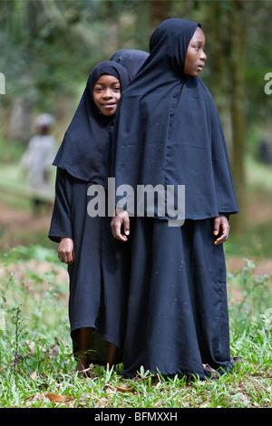 Tanzania, Zanzibar. Schoolgirls in traditional Islamic attire near Mangapwani. - Stock Photo