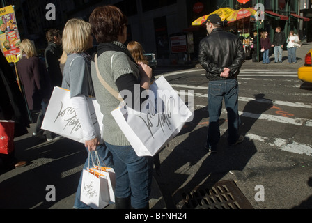 Shoppers in midtown New York get a jump on Christmas on Saturday, November 7, 2009. (© Richard B. Levine) - Stock Photo