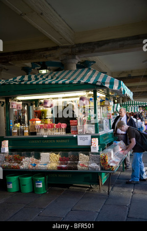 Covent garden market stall vendor stops to read a magazine circa stock photo - Covent garden magasin ...