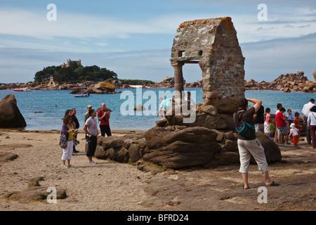 Plage de St Guirec and the shrine to Saint Guirec, Ploumanach, C te d'Armor, Brittany, France - Stock Photo