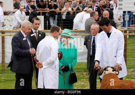The Queen talking to a sheep breeder at the Royal Highland Show, Edinburgh, Scotland, UK. - Stock Photo